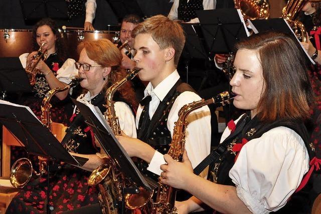 Der Dirigent ist mit den Musikern zufrieden