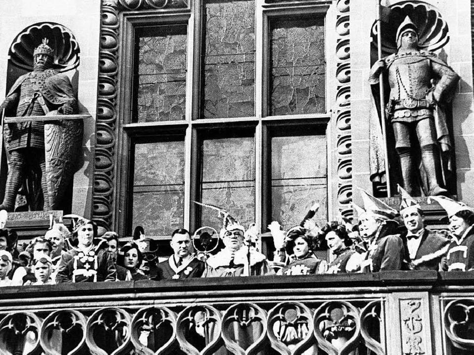OB Franz Kerber (Mitte, mit Amtskette)1936 an Fasnacht auf dem Rathausbalkon.  | Foto: privat