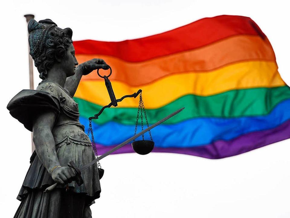 Regenbogenfahne hinter Justitia  | Foto: dpa