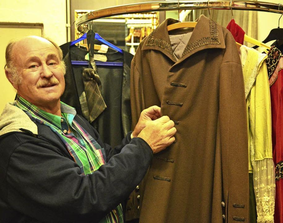 Lust auf Theater? Spielleiter Günther ...neli knöpft einen Mantel im Fundis zu.  | Foto: Barbara Ruda