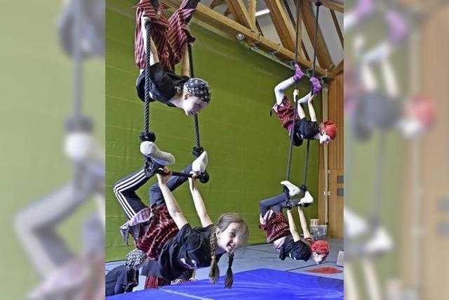 Schülerinnen und Schüler der Lindenberg-Grundschule proben für Zirkusaufführung