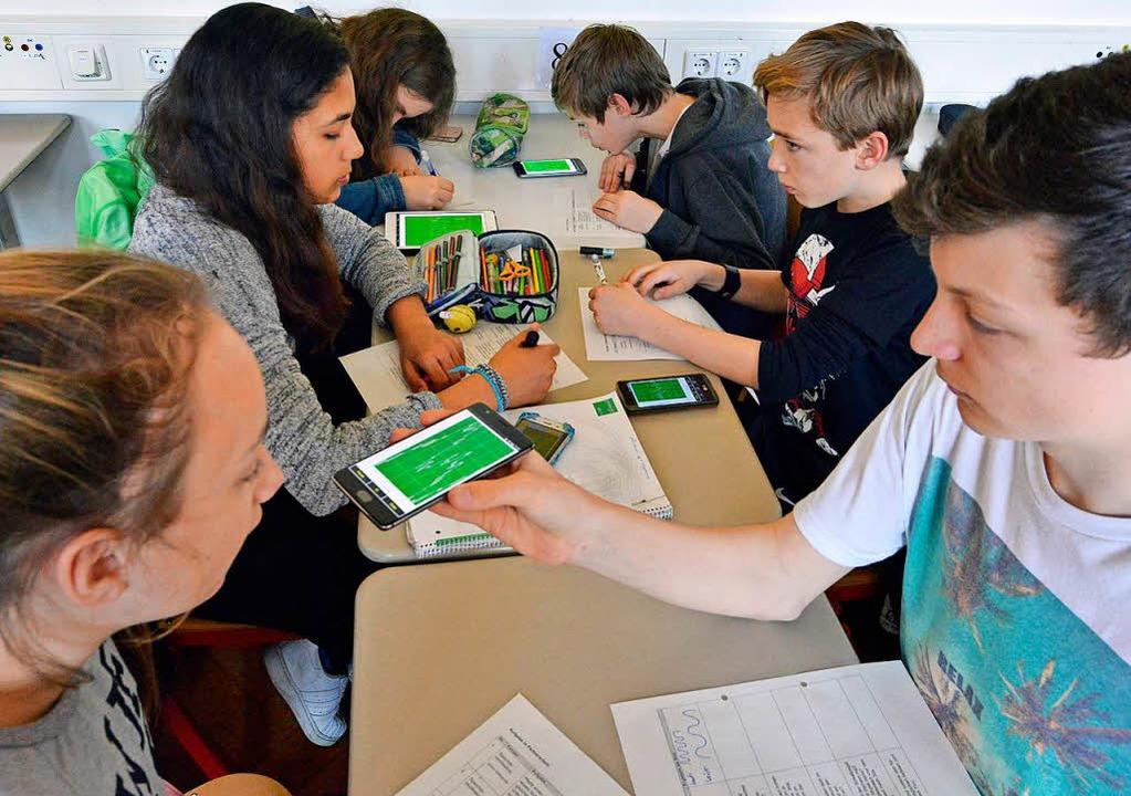 Die Schüler pfeifen aufs Handy, aber n... einer App den Schallpegel zu messen.   | Foto: Michael Bamberger