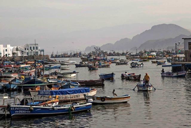 Riesige Wellen bedrohen die Fischerboote