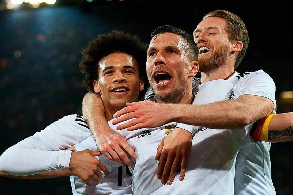Podolski (Mitte) bejubelt seinen Siegtreffer. (Foto: dpa)