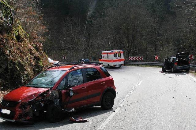 88-Jähriger kommt bei Schönau von Fahrbahn ab – fünf Verletzte