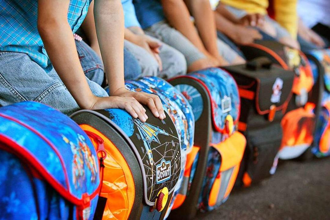 Erstklässler lernen an der Grundschule... Viertklässlern zusammen (Symbolbild).  | Foto: dpa