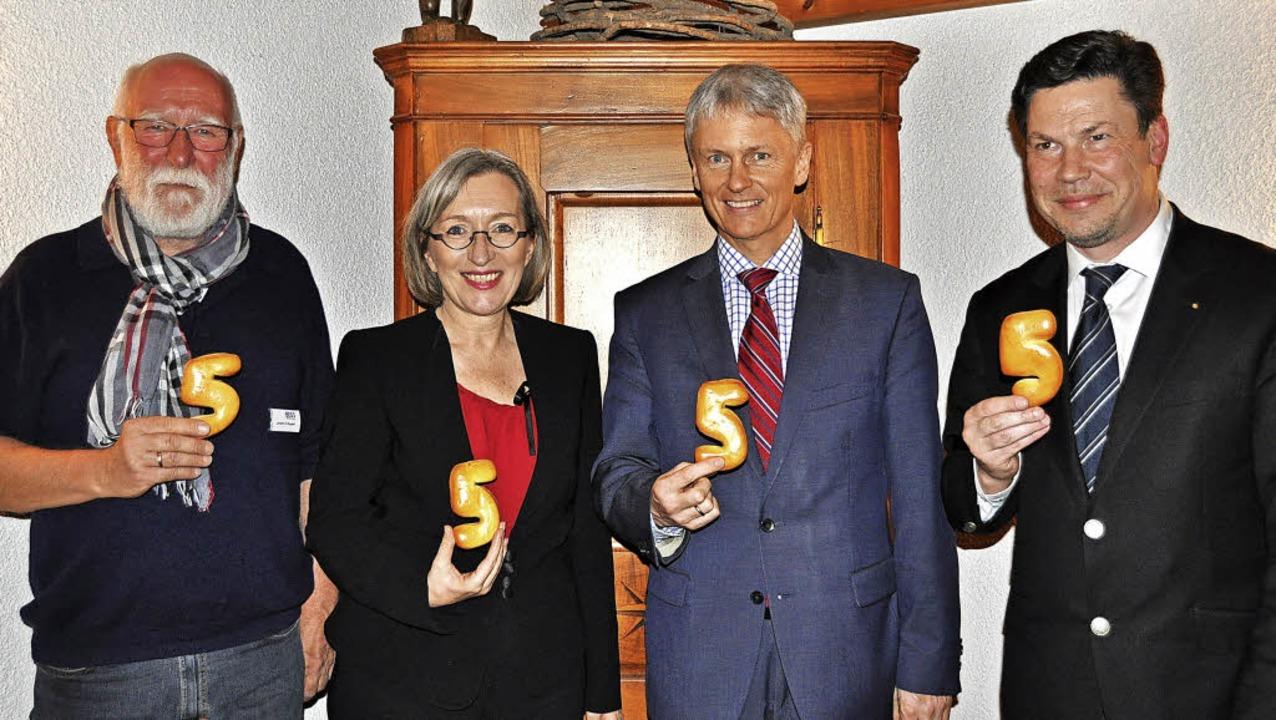 Vier freuen sich über den fünften Gebu...rt (links) und Jochen Fischer (rechts)  | Foto: Rainer Ruther