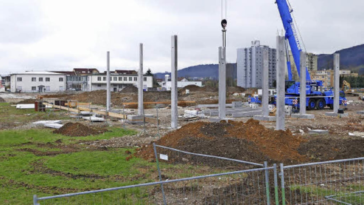 Die ersten Säulen für die neuen Superm...m Hintergrund) sollen ersetzt werden.     Foto: Nino Betz
