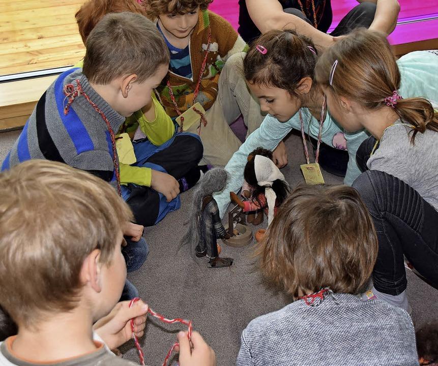 Kinder stellen in Merzhausen eine biblische Geschichte nach.   | Foto: Sarah Nöltner