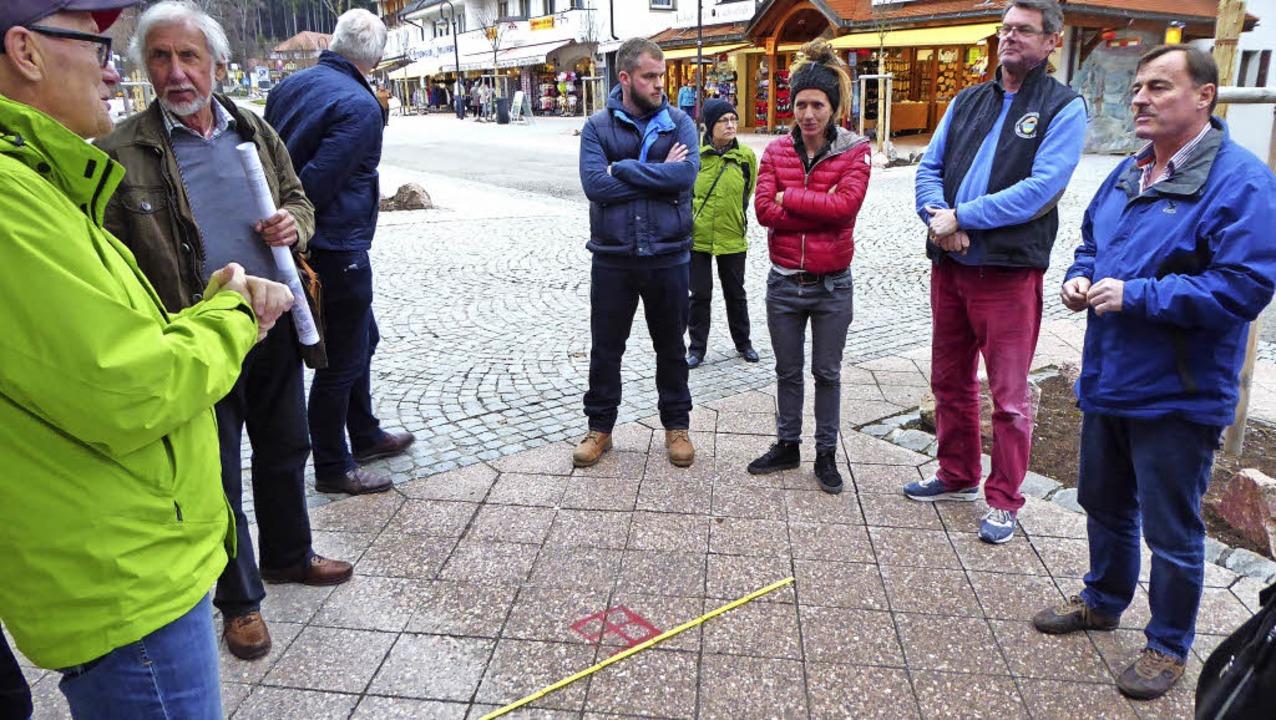Mit dem Meterstab an der Marke besicht...en Volksbankfiliale an der Seestraße.     Foto: Peter Stellmach