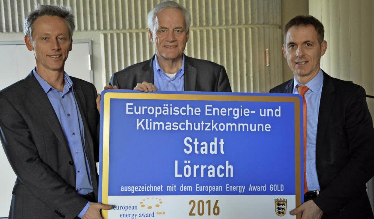 Walter Steinmann (Mitte) vom Europäisc...nks) und Oberbürgermeister Jörg Lutz.   | Foto: Barbara Ruda