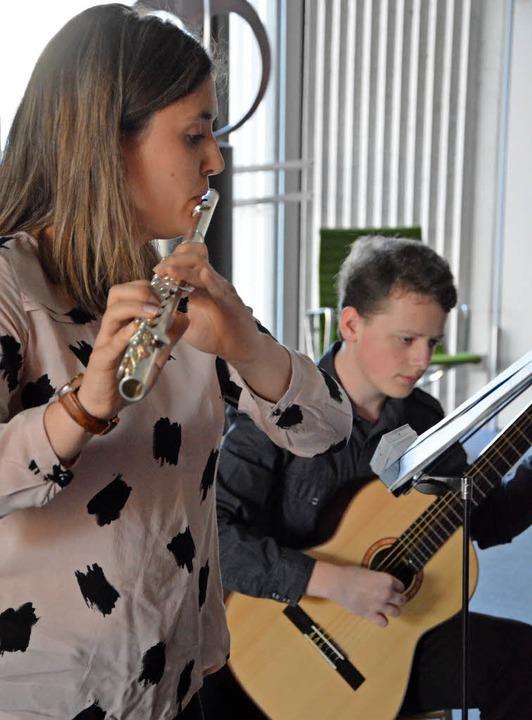Lena Bieg und Lucas Gassilloud von der...en Musikschule begleiteten die Feier.   | Foto: Ruda