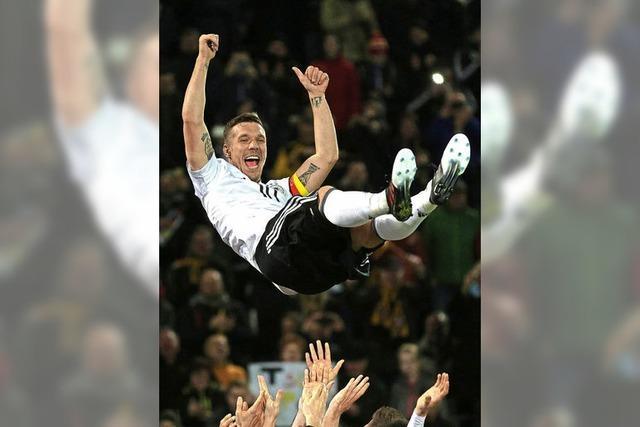 Lukas Podolski prägt sein Abschiedsspiel und macht es der Nachfolge-Generation nicht einfach