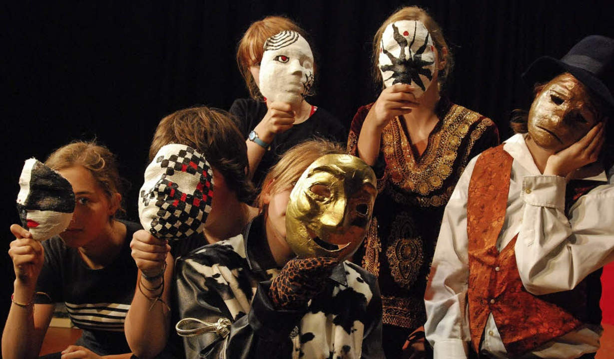Ob mit oder ohne Maske: Beim  Theaters...die Jugendlichen ihre Stärken finden.     Foto: Barbara Ruda