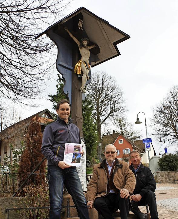 Vor dem Kreuz am Dorfplatz (von links)...dinand Elighofer und Hubert Blattmann   | Foto: Gabriele Fässler