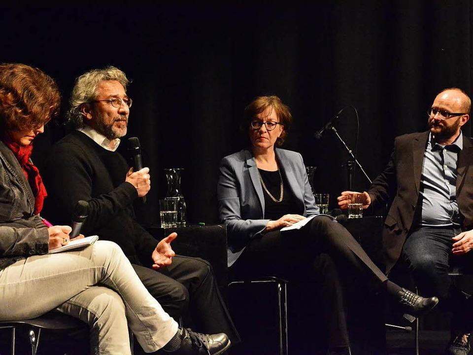 Auf dem Podium: Übersetzerin Türkan Ka...ründer des Recherchebüros  Correctiv.     Foto: Barbara Ruda