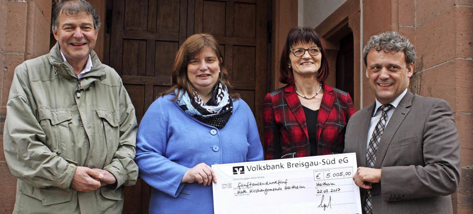 Freude über den  Scheck  (von links): ...hristiana Schmidt und Matthias Engist     Foto: Otmar Faller