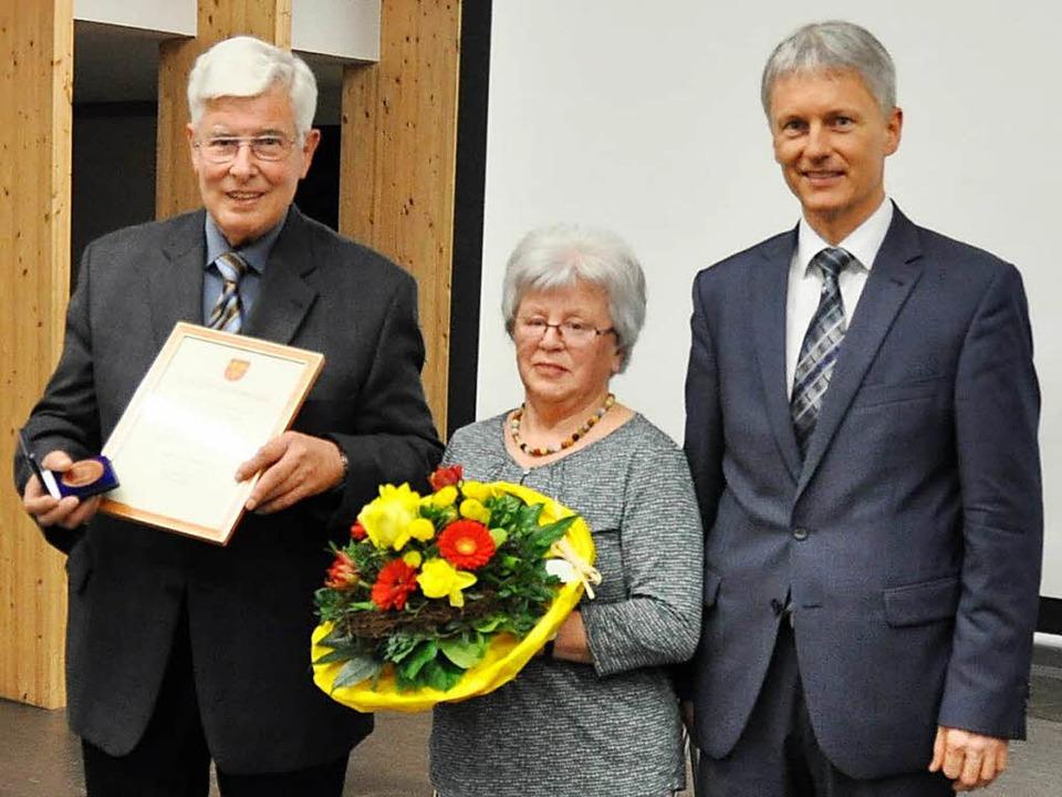 Die Ehrenmedaille der Stadt gab es für...a, rechts Bürgermeister Michael Benitz  | Foto: Rainer Ruther
