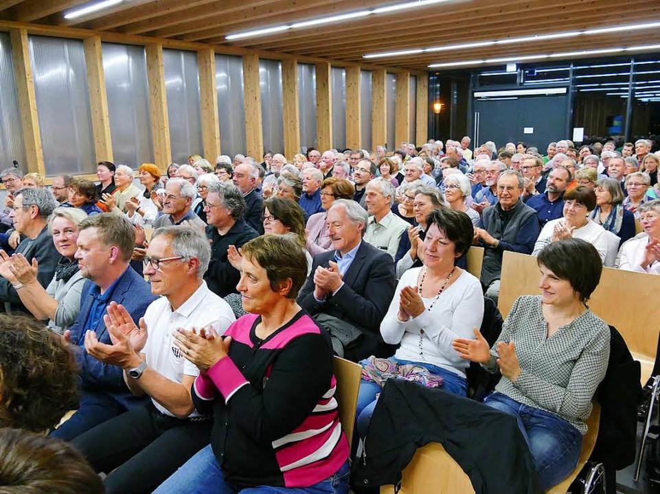 Das Publikum im vollbesetzten Foyer der Belchenhalle schien zufrieden.  | Foto: Hans-Peter Müller