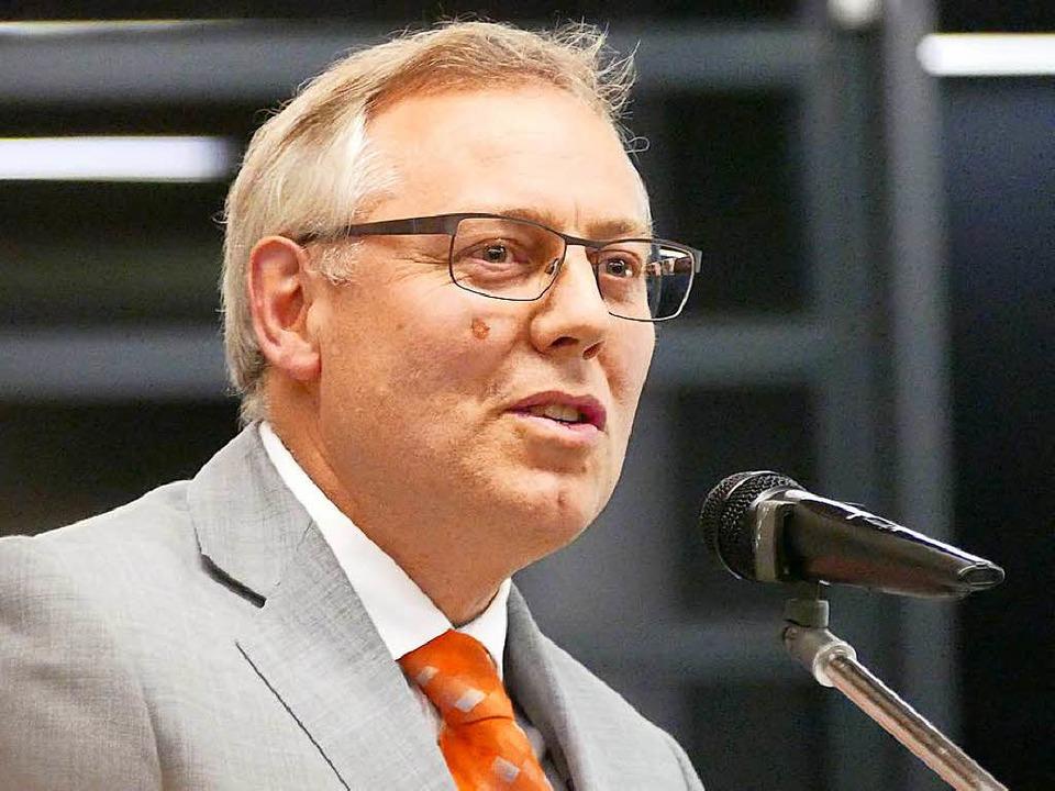Peter Schalk leitet das  Tiefbauamt un...über die Renovierung der Sportanlagen.  | Foto: Hans-Peter Müller