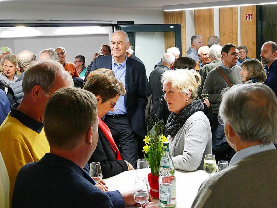 Beim Umtrunk gab es noch viele anregende Gespräche.  | Foto: Hans-Peter Müller