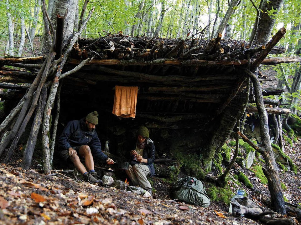 Zehn Tage im September 2013 wohnten di...ald in einer selbstgebauten Holzhütte.  | Foto: Gwen Weisser