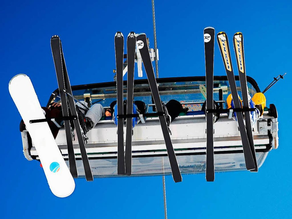 Das Bild wird es vermutlich erst einma...wboardfahrer im Sessellift am Seebuck.  | Foto: dpa