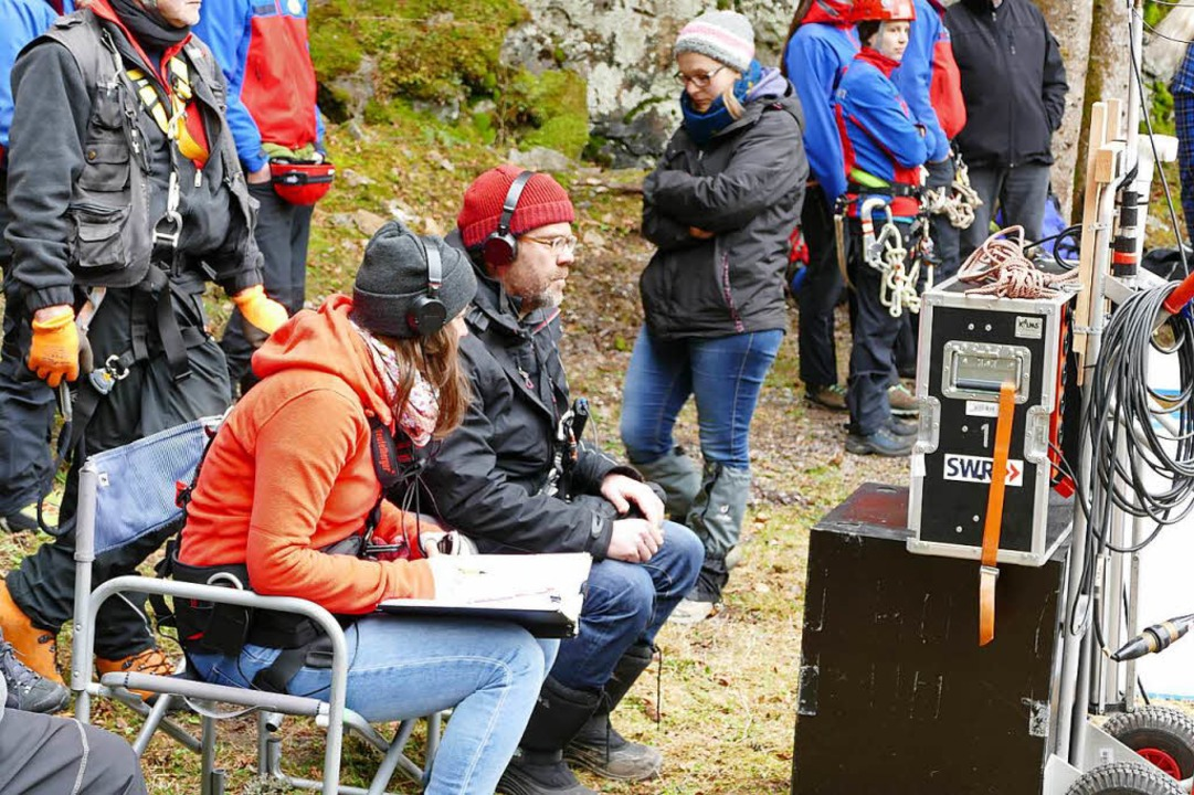 Regisseur Robert Thalheim verfolgt die Aufnahme an einem Monitor.    Foto: Sebastian Barthmes