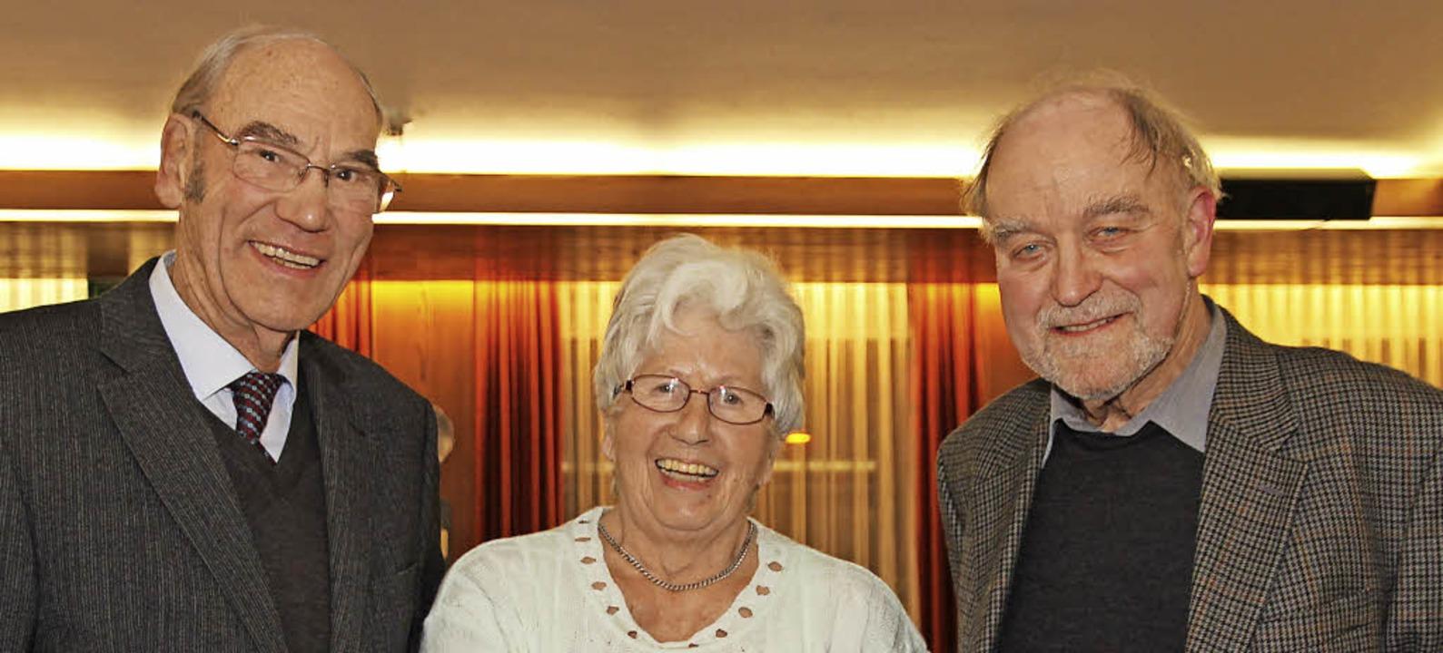 Ehrennadlen gab es für Arnold Held (li...ahrzehnten dem Kneippverein treu sind.  | Foto: Eva Korinth