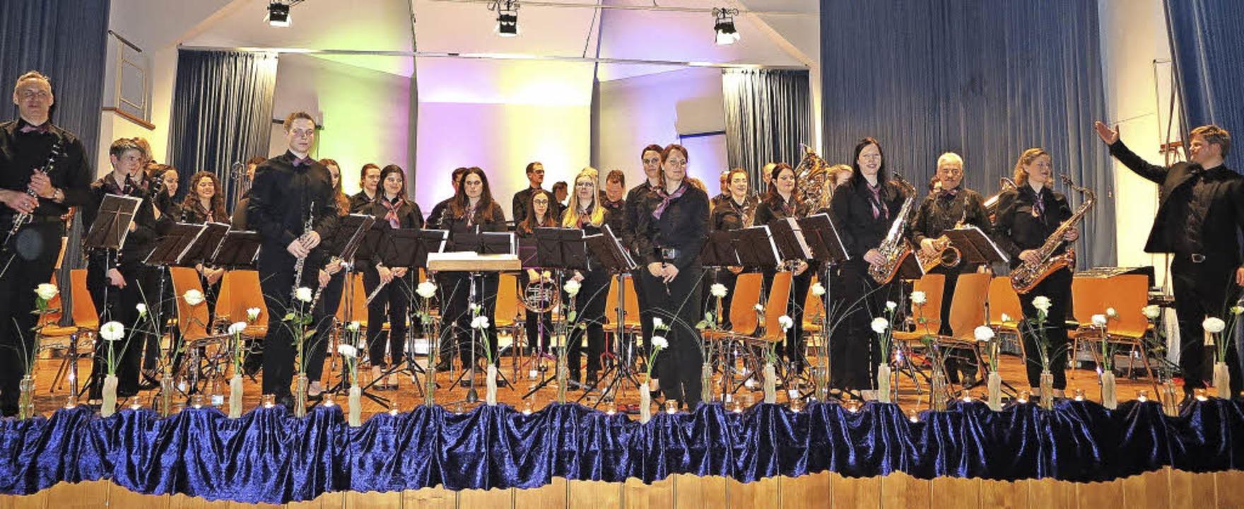 Es war ein tolles Frühlingskonzert des... die Musikerinnen und Musiker weiter.   | Foto: Dorothee Philipp