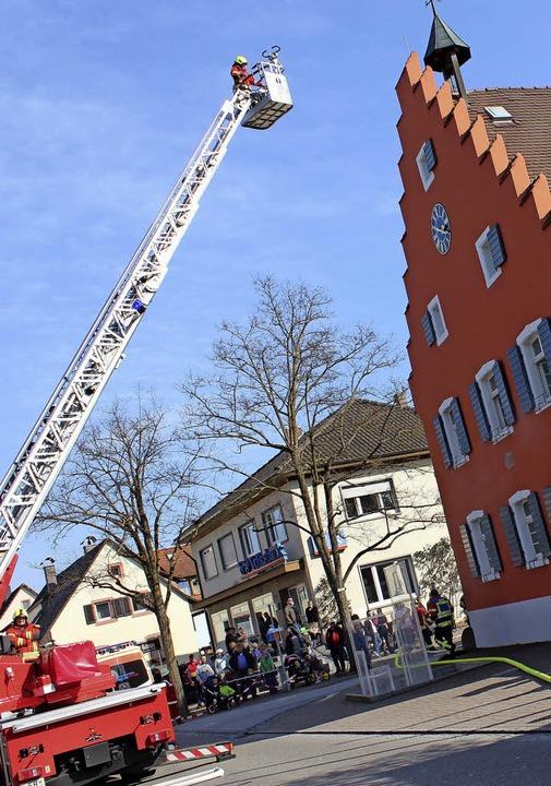 Die Drehleiter aus Bötzingen im Einsatz   | Foto: Mario Schöneberg