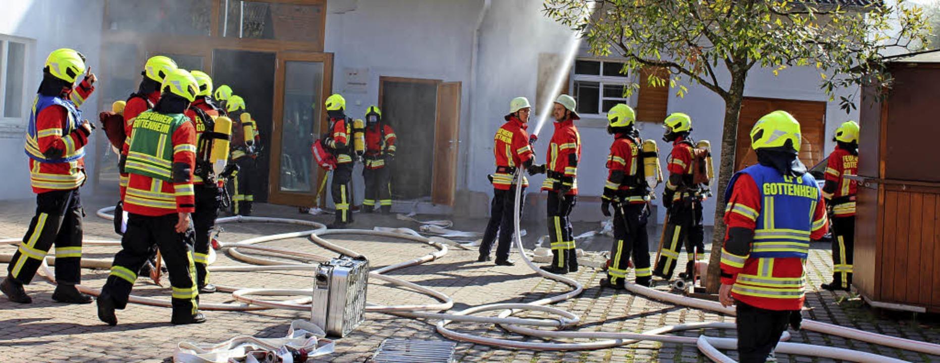 Bei der Feuerwehrübung in Gottenheim arbeiten die Einsatzkräfte Hand in Hand.  | Foto: Mario Schöneberg