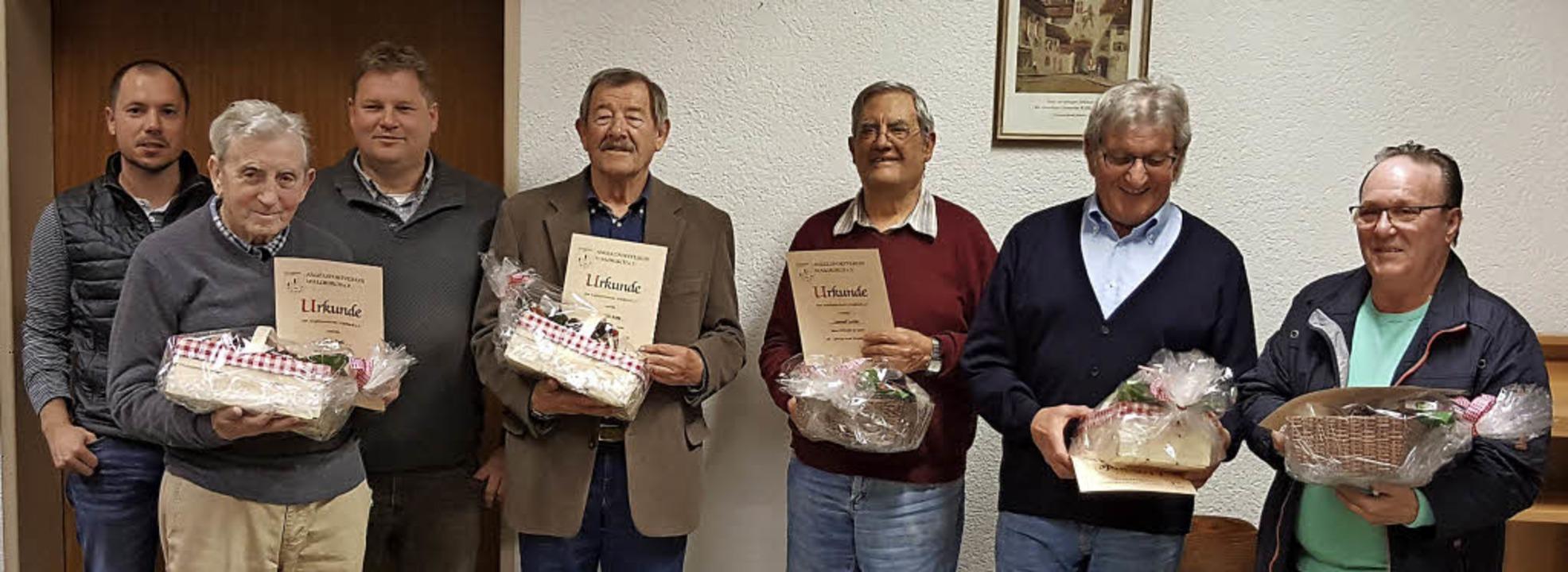 Fünf Gründungsmitglieder wurden beim A... und Fritz Rösch (vorne, von links).    | Foto: Günther Frauenlob
