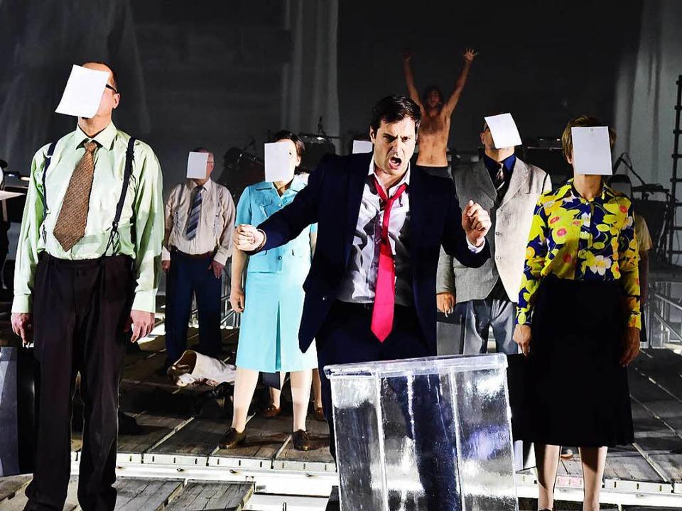 Athéna (mit roter Krawatte: Holger Falk) beschert den Bürgern Demokratie.   | Foto: Sandra Then