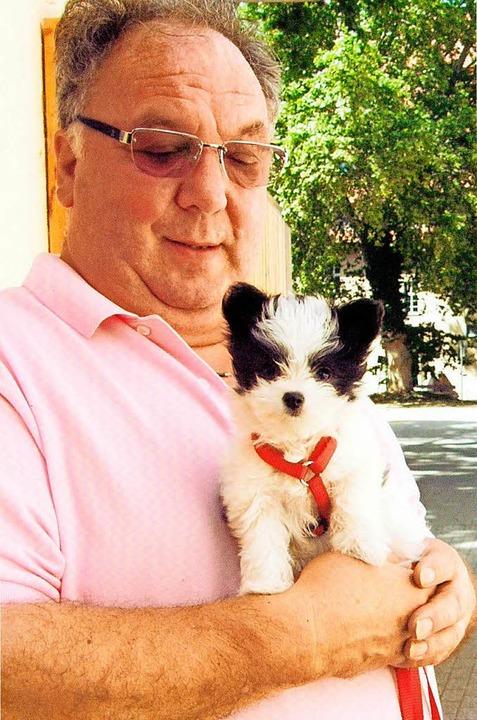 Die undatierte Aufnahme aus dem Jahr 2...Helmut Kress und seinen Hund Schnecke.  | Foto: dpa