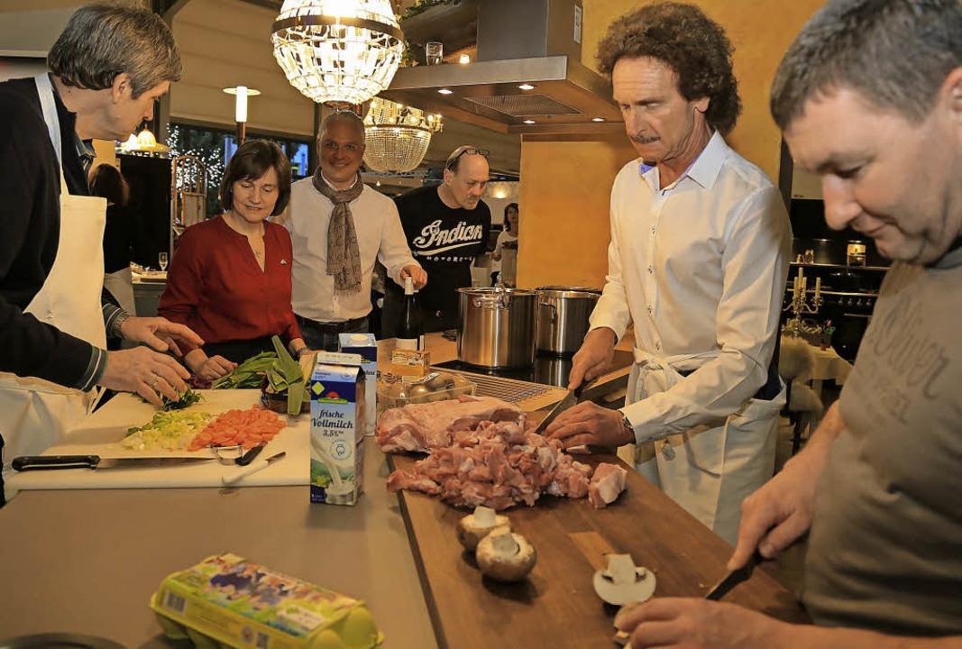 Das Hobby-Küchenteam bei der Vorbereit...ie Geheimnisse prickelnder Weine ein.   | Foto: Sandra Decoux-Kone