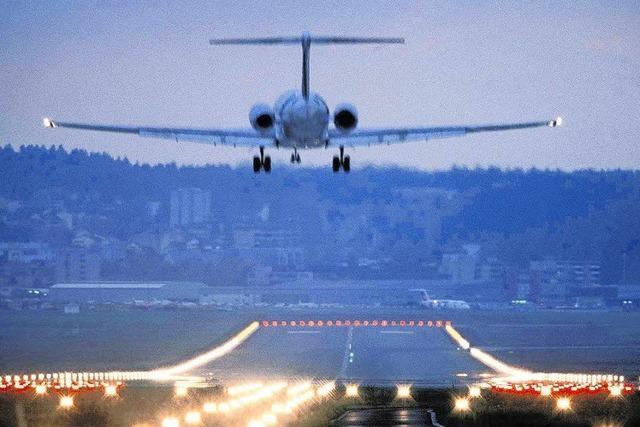 Flughafen Zürich: Gepäckwagen rollen auf Piste – Beinahkollision mit Flugzeug
