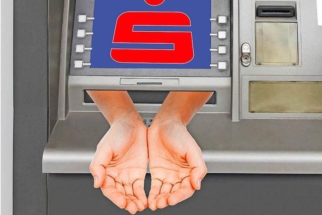 Banken erheben von eigenen Kunden Gebühren fürs Abheben