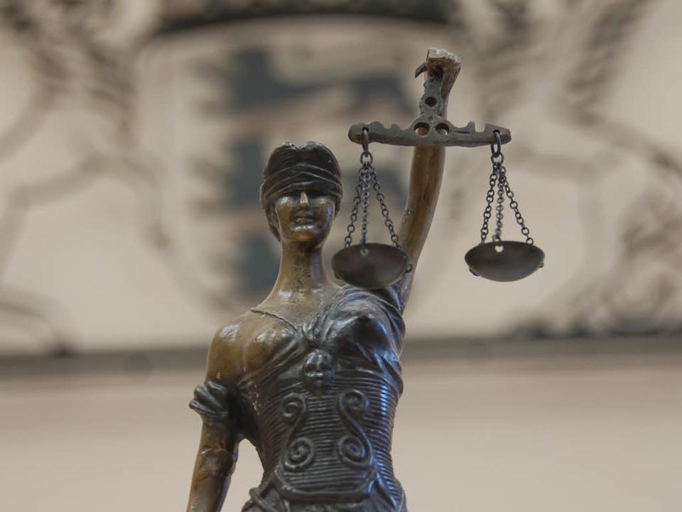 drei justizbeamte angeklagt