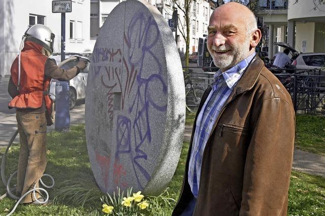 Großputz für die Granit-Skulptur