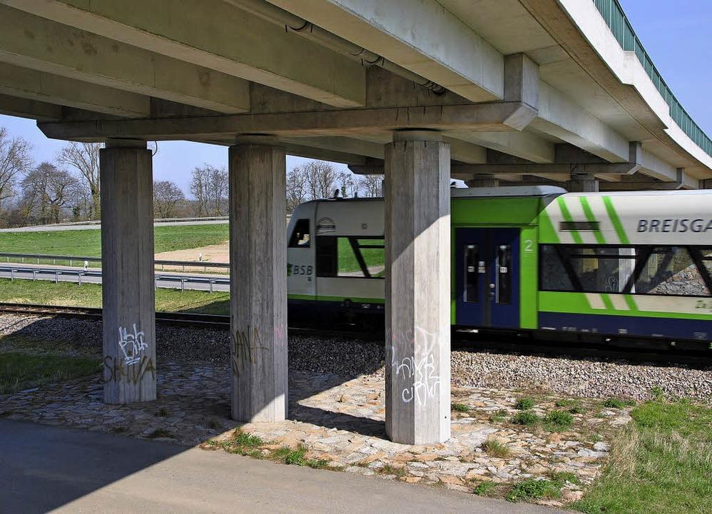 Die dieselbetriebene Kaiserstuhlbahn u...hat, muss das Gleis abgesenkt werden.   | Foto: manfred frietsch