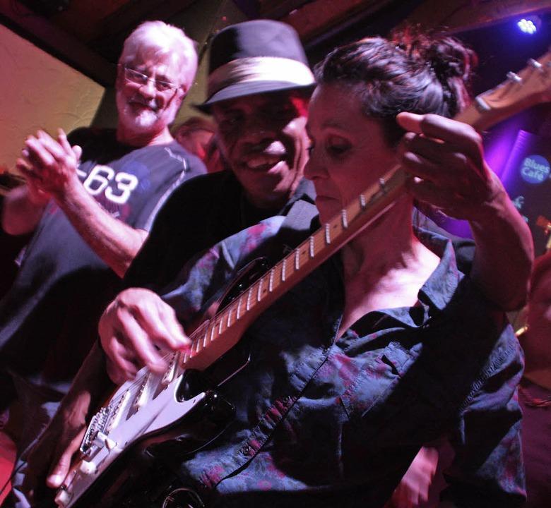 Ein cooler Bluesmann: James Armstrong ...ch eine Zuhörerin ran an die Gitarre.   | Foto: Jörn Kerckhoff