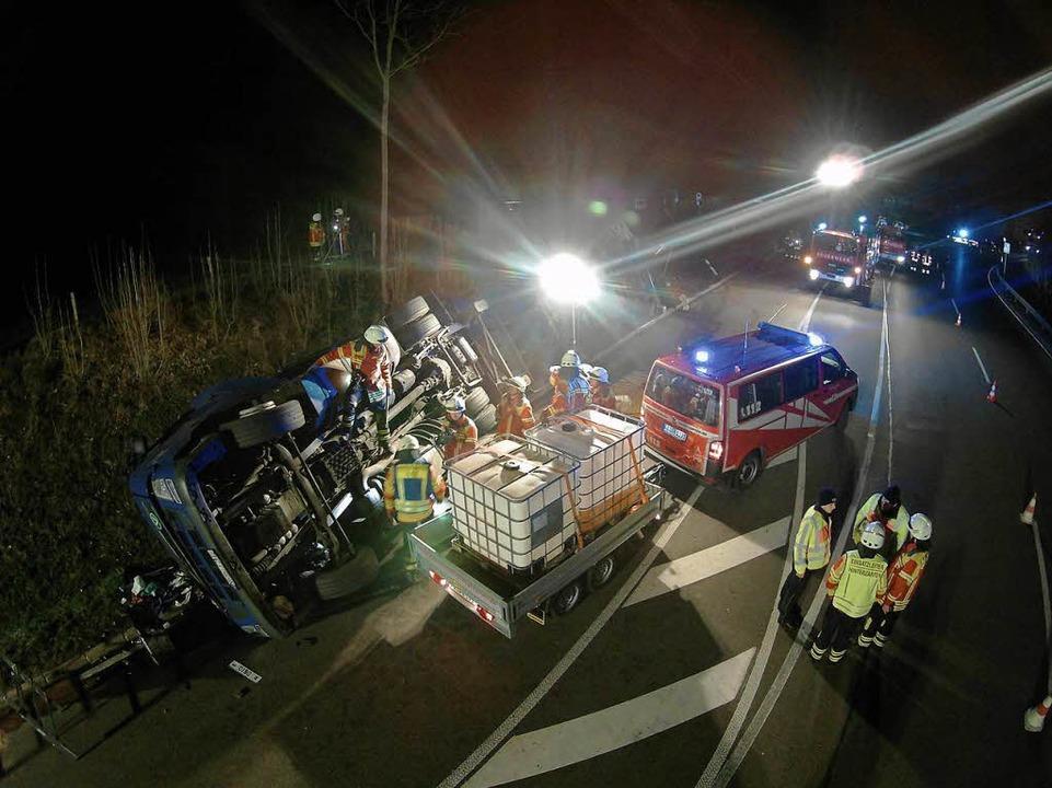 Ein Lkw ist im Höllental umgekippt, di...kehr auf der B 31 erheblich behindert.  | Foto: Kamera24
