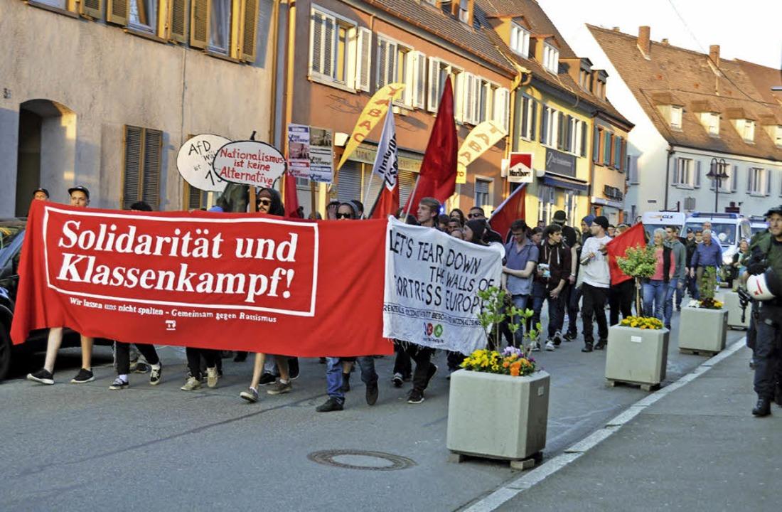 Rund 100 Teilnehmer zogen bei der Prot...irche durch die Breisacher Innenstadt.  | Foto: Kai Kricheldorff