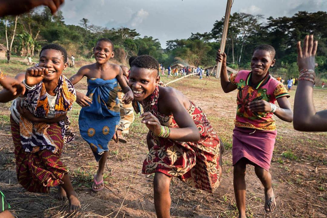 Fans einer BaAka-Fußballmannschaft jub...s gegen eine Auswahl der Bantu spielt.  | Foto: -