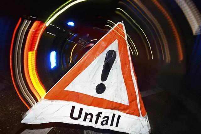 Doppelter Crash: Autofahrer fährt in Streifenwagen, der eine Unfallstelle absichert