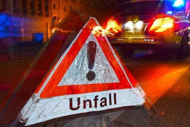 Auto driftet schräg über die Fahrstreifen und überschlägt sich – Zwei Schwerverletzte