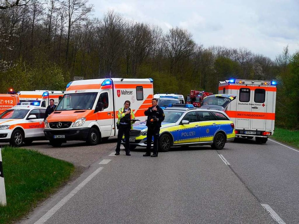 Auf der B 31 Süd ist es auf der Tienge... Drei Menschen wurden schwer verletzt.  | Foto: Martin Ganz