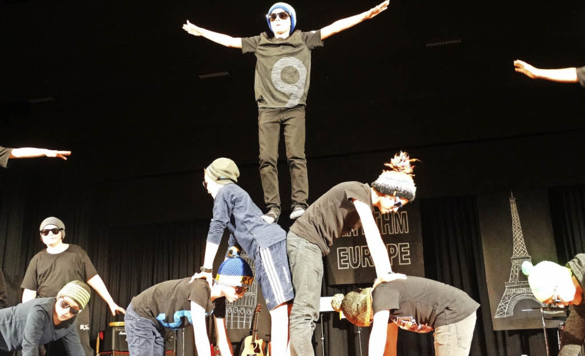 """""""Ja, so fahre'  mir Ski&#8...akrobatischen Auftritts der Klasse 6a.    Foto: Silas Schwab"""