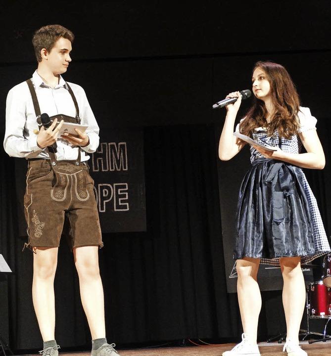 Christopher Kurtz und Nina Danner, die Moderatoren, im Alpenlook.    Foto: Silas Schwab